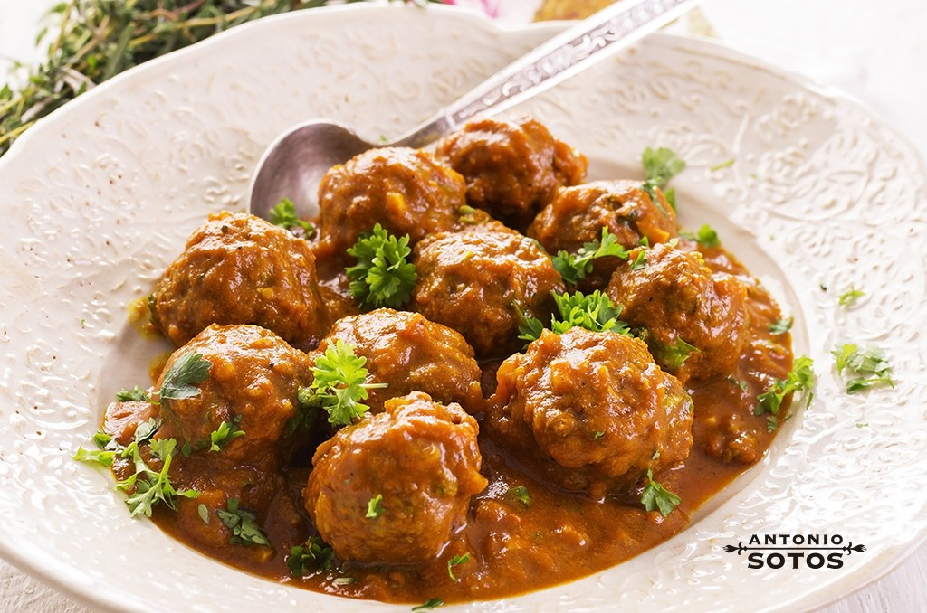 Meatballs with saffron and almond sauce