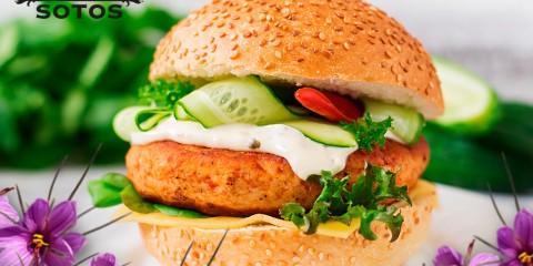 Hamburguesa completa de pollo con azafrán