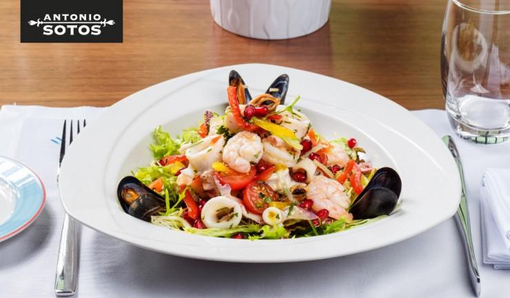 Ensalada de frutos de mar con vinagreta de azafrán