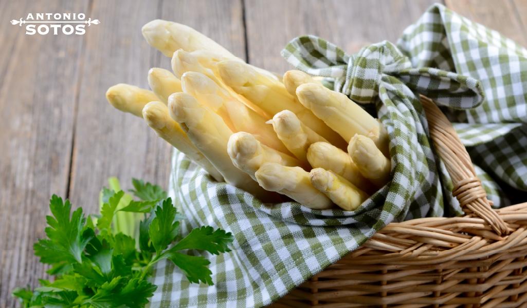 Aprende a preparar estos deliciosos espárragos al azafrán co vinagreta, una receta del cocinero Karlos Arguiñano